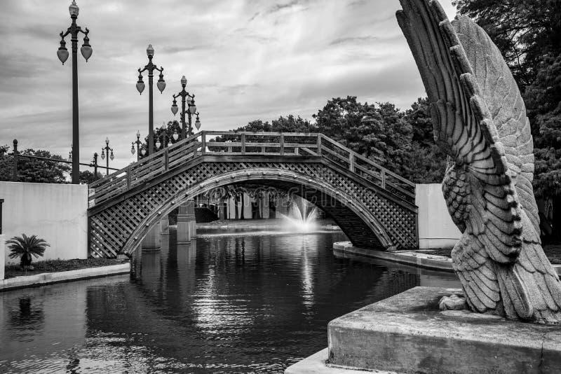 Ponte e fonte no parque de Armstrong em NOLA fotos de stock