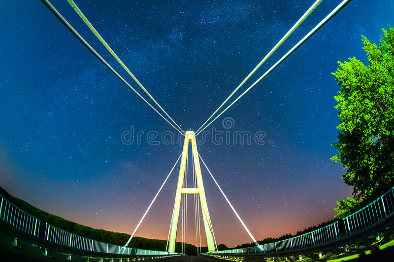 Ponte e la Via Lattea fotografie stock
