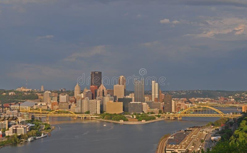 Ponte e magazzini sulla vicinanza del castello e ponti del West End sopra il fiume Ohio, Pittsburgh, Pensilvania, U.S.A. fotografie stock