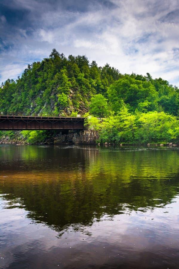 A ponte e a montanha da estrada de ferro ao longo do rio de Lehigh em Lehigh vão fotografia de stock royalty free