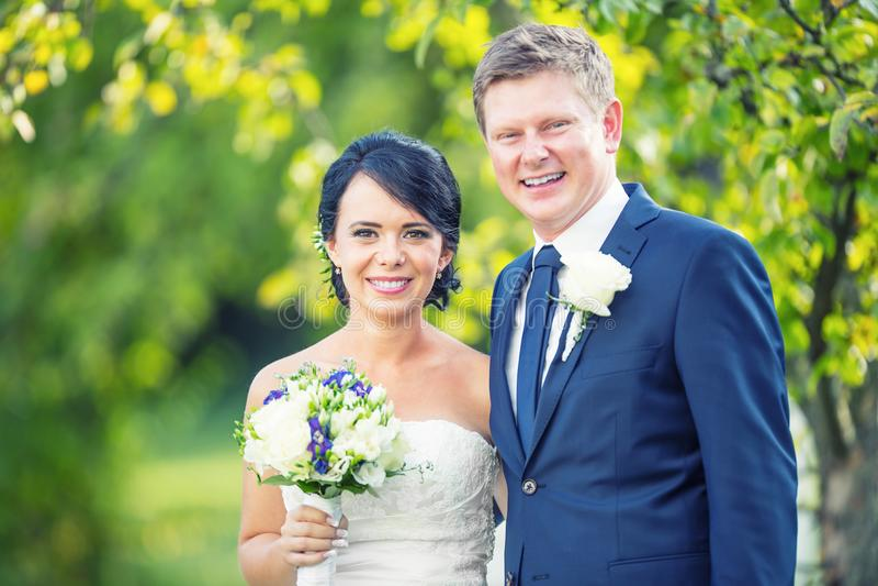 Ponte e noivo Pares felizes do casamento após a cerimônia de casamento em g fotografia de stock