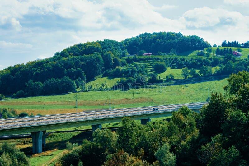 Ponte e paesaggio con le colline a Maribor immagine stock