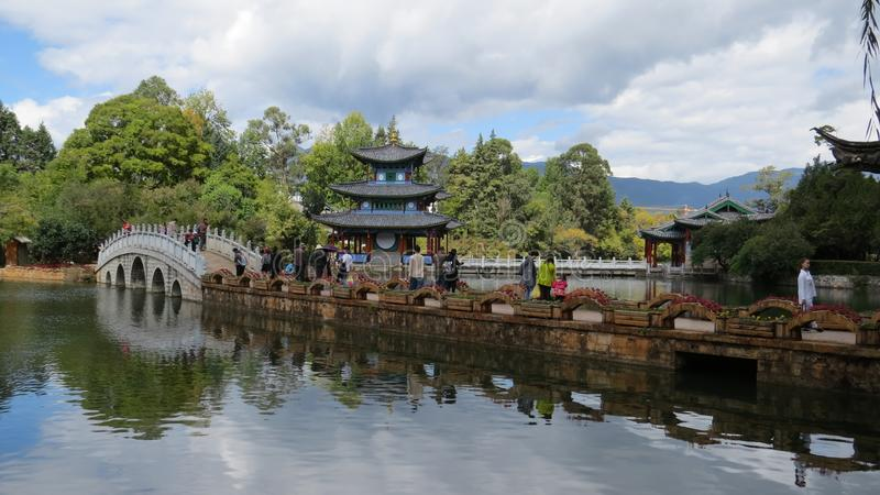 Ponte e pagode - Dragon Pool Lijiang preto fotos de stock