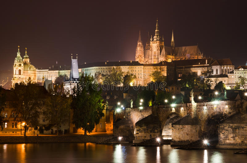 A ponte e Praga de Charles fortificam na opinião do nigth fotos de stock