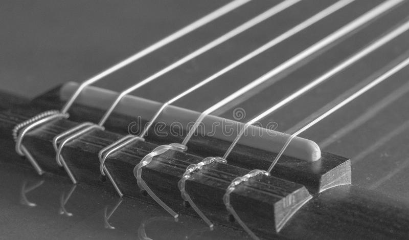 Ponte e serie di chitarra acustica nella gradazione di grigio fotografia stock libera da diritti