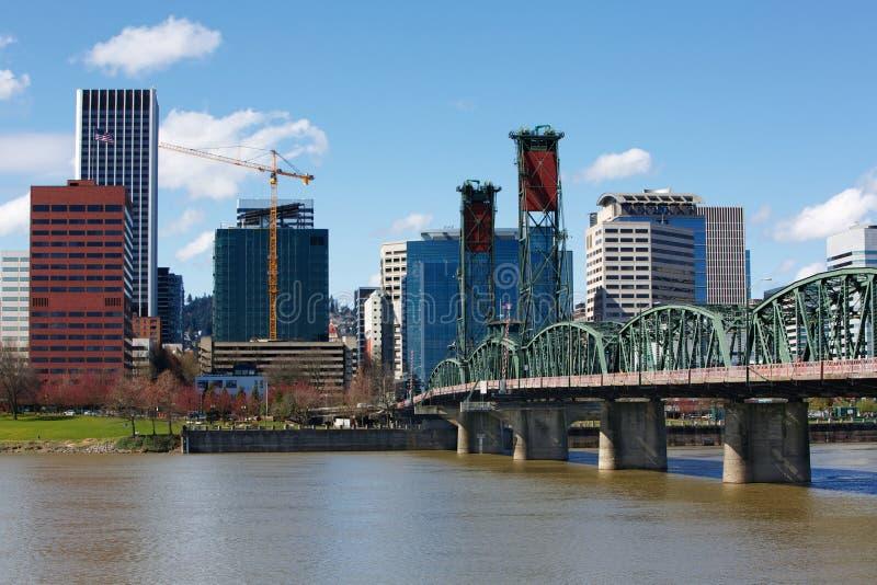 Ponte e skyline da cidade de Portland imagem de stock
