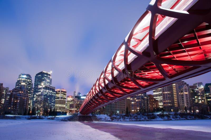 Ponte e skyline da paz de Calgary na noite foto de stock royalty free