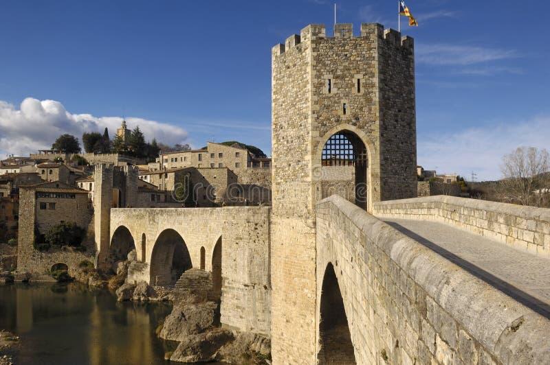 Ponte e villaggio medievali di Besalú in La Garrotxa, Girona, S fotografia stock libera da diritti