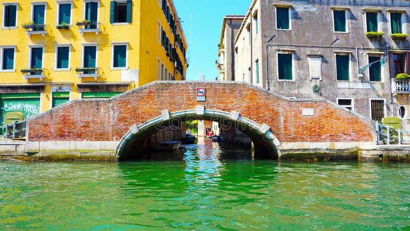Download Ponte ed acqua di Burano fotografia stock. Immagine di storia - 56885302