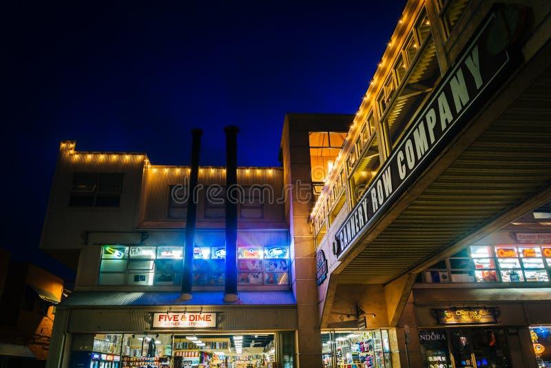 A ponte elevado e as lojas na fábrica de conservas enfileiram na noite, em Monterey foto de stock