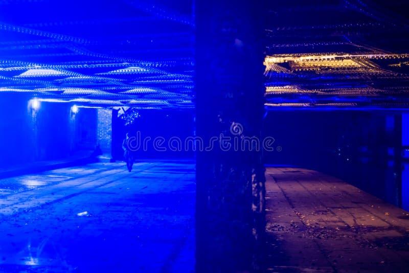 Ponte em Camden com a luz azul para pôr fora consumidores de droga imagens de stock royalty free