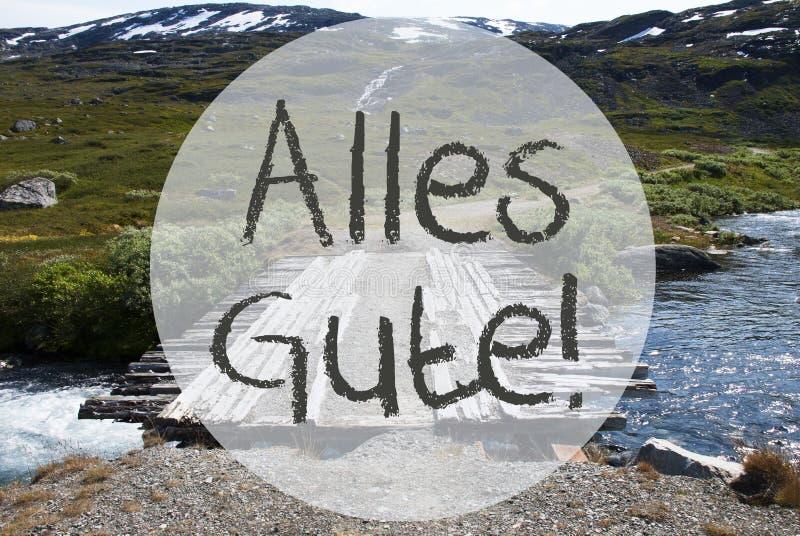 A ponte em montanhas de Noruega, Alles Gute significa cumprimentos foto de stock