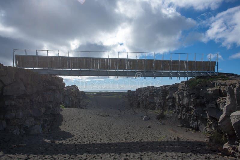 Ponte entre a opinião inferior dos continentes, Hafnir, Islândia imagens de stock
