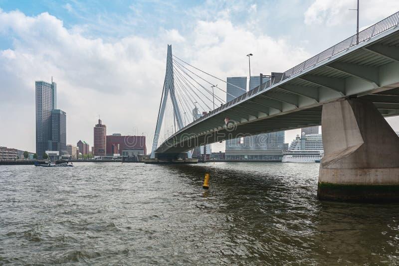 A ponte Erasmusbrug igualmente conhecido como a ponte da cisne em Rotterdam imagens de stock royalty free