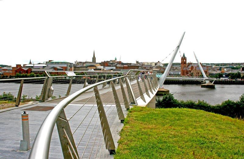 A ponte famosa da paz que cruza o rio Bann que se junta à margem do protestante ao Cityside católico em Londonderry foto de stock royalty free