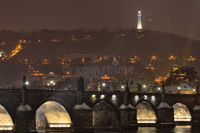 Ponte famoso di Charles a Praga davanti alla collina di Petrin fotografia stock