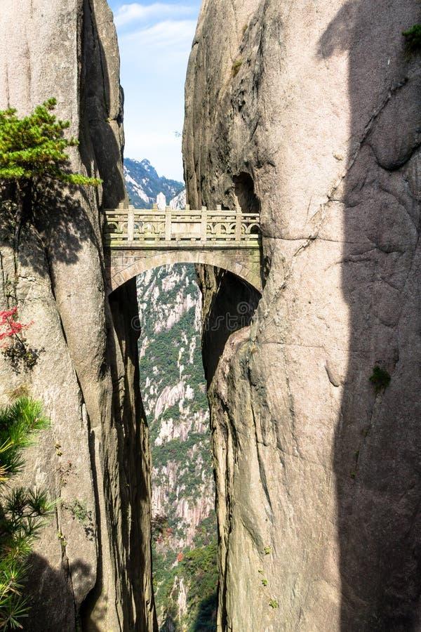 Ponte feericamente na montanha do amarelo do Mt Huangshan, China imagens de stock royalty free