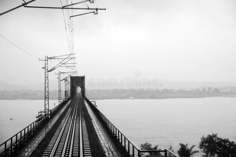 Ponte ferroviario d'acciaio in bianco e nero immagine stock libera da diritti