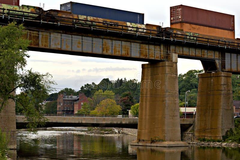 Ponte ferroviario pacifico canadese sopra il fiume di Ganaraska, speranza del porto immagine stock libera da diritti