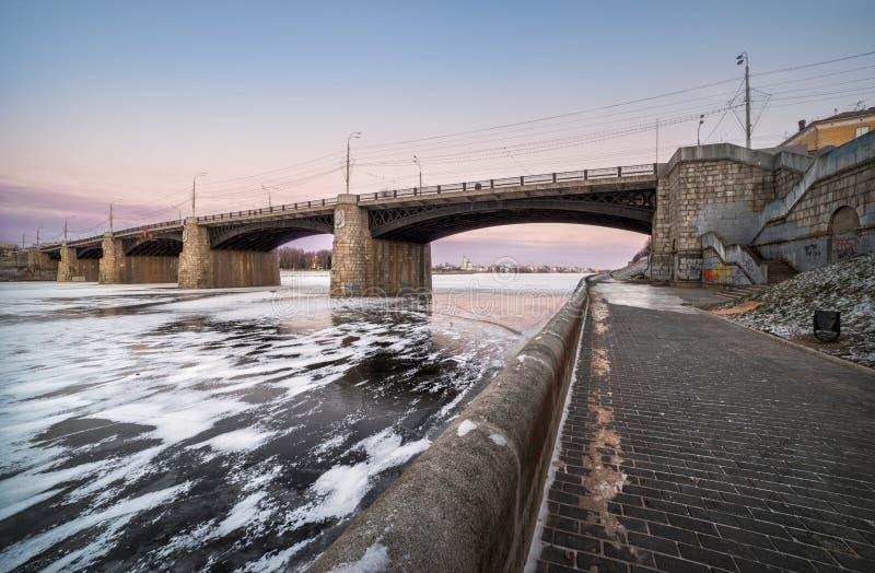 Ponte in fetters di ghiaccio fotografie stock