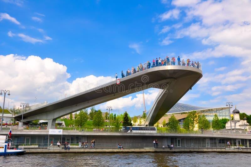 Ponte flutuante cheia de visitantes no Parque Zaryadye sobre o Embankment de Kotelnicheskaya fotografia de stock