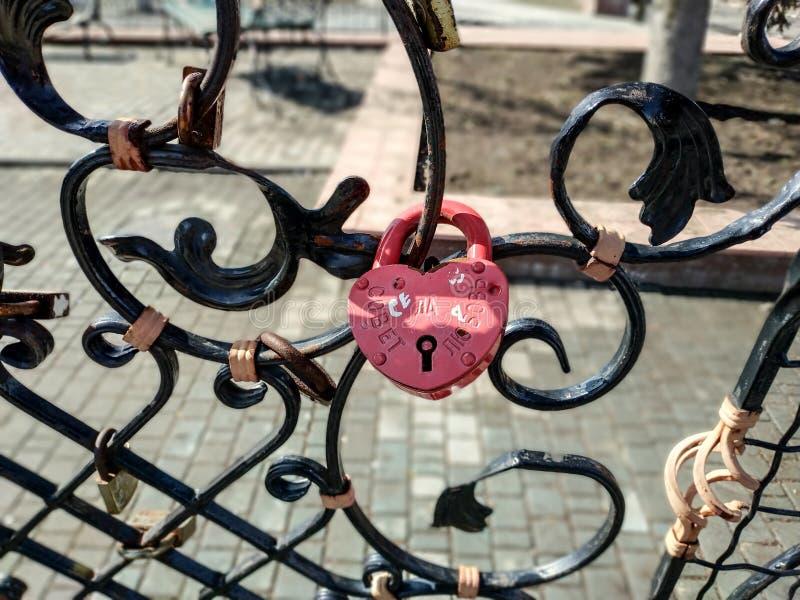 Ponte forgiato per gli amanti con le serrature di nozze sotto forma di un cuore fotografie stock