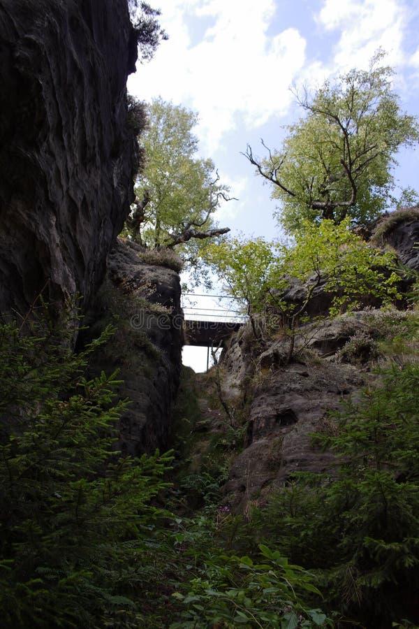 Ponte fra la cima dell'alta montagna fotografia stock libera da diritti