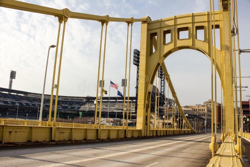 Ponte giallo e parco di PNC fotografia stock