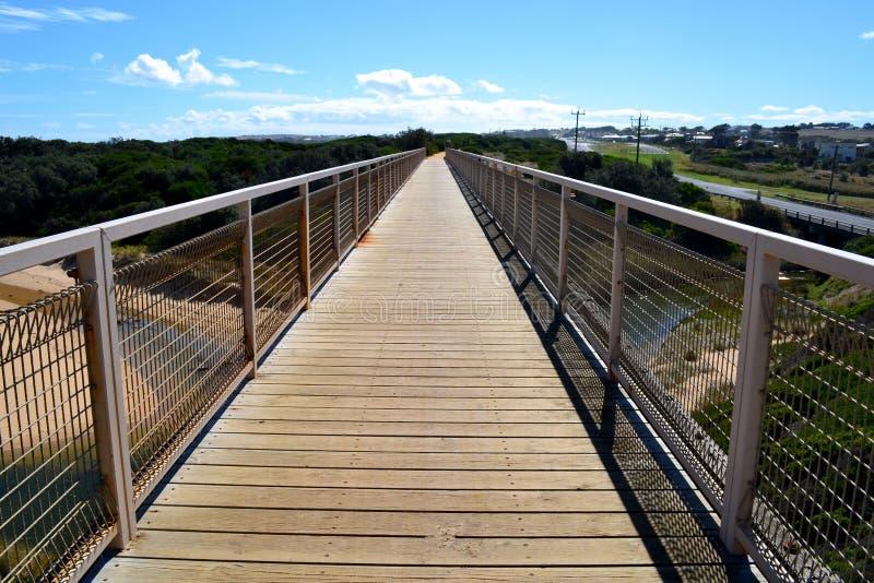 Download Maneira Da Caminhada Da Ponte Do Trilho Foto de Stock - Imagem de céu, ondas: 29843348
