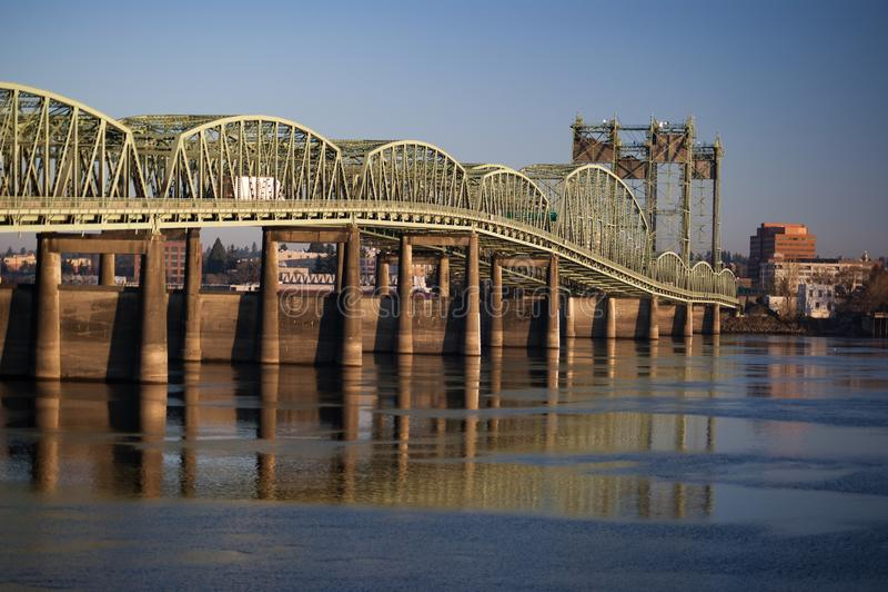 Ponte I5 que relecting no Rio Columbia fotos de stock royalty free