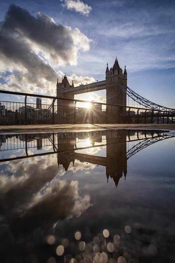 A ponte icónica da torre com reflexões em uma poça da água fotos de stock
