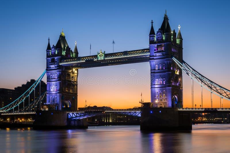 Ponte icónica da torre de Londres durante a noite/amanhecer, Londres foto de stock royalty free