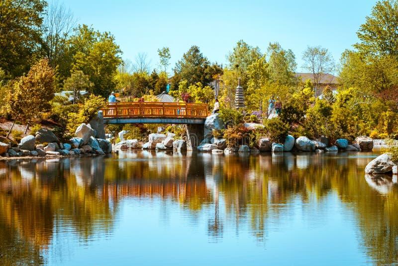 A ponte icónica nos jardins japoneses em Frederick Meijer Gardens em um dia de mola em Grand Rapids Michigan imagem de stock