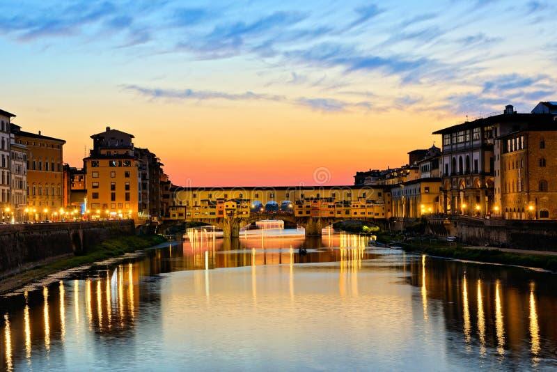 Ponte illuminato Vecchio con le riflessioni al tramonto, Firenze, Toscana, Italia fotografia stock libera da diritti