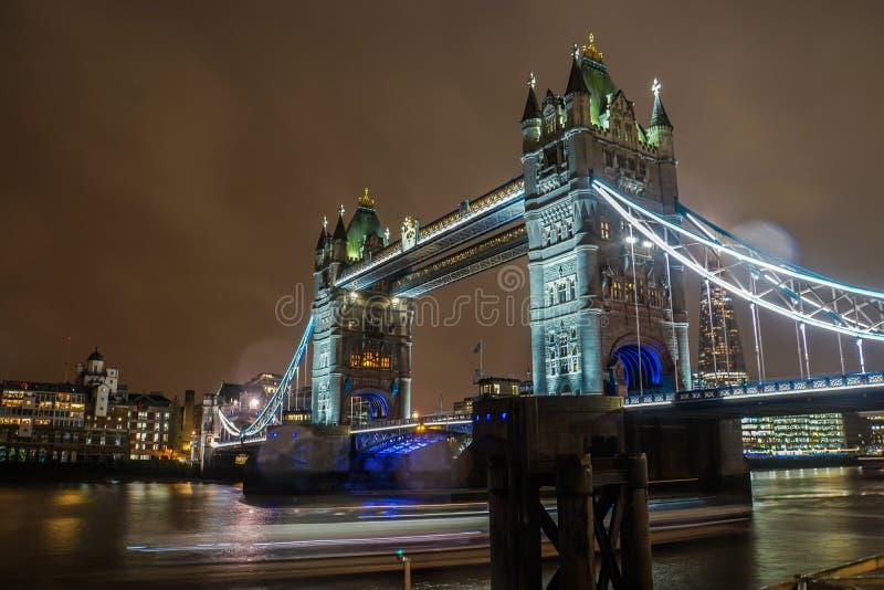 Ponte iluminada da torre do fulgor em Londres na noite imagens de stock royalty free