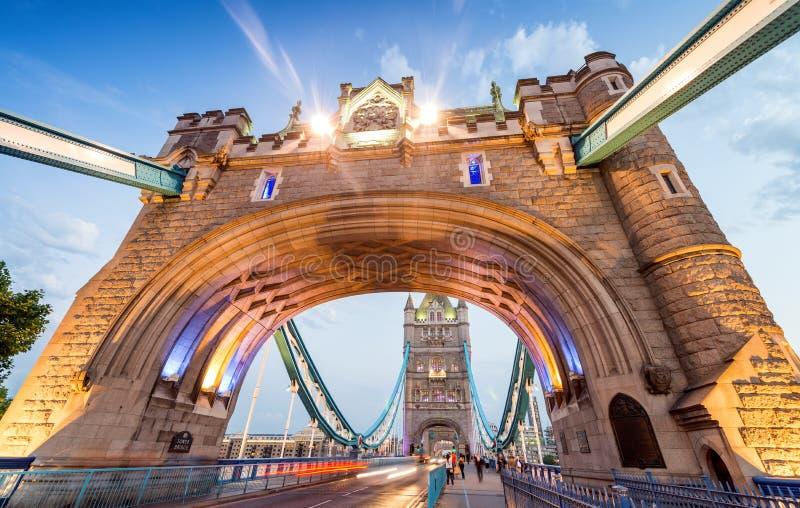 Ponte iluminada na noite, Londres da torre - Reino Unido imagem de stock royalty free