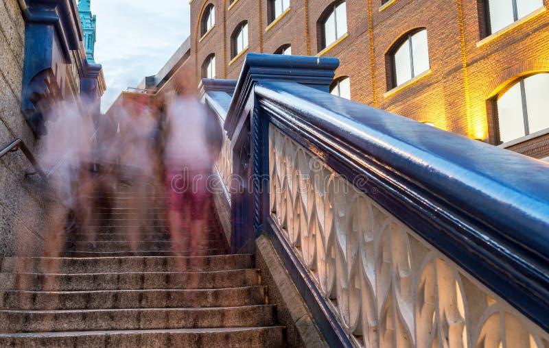 Ponte iluminada na noite, Londres da torre - Reino Unido imagem de stock