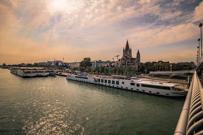 A ponte imperial no outono, ?ustria de Viena foto de stock