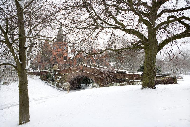 Ponte inglese del villaggio nella neve di inverno fotografie stock libere da diritti