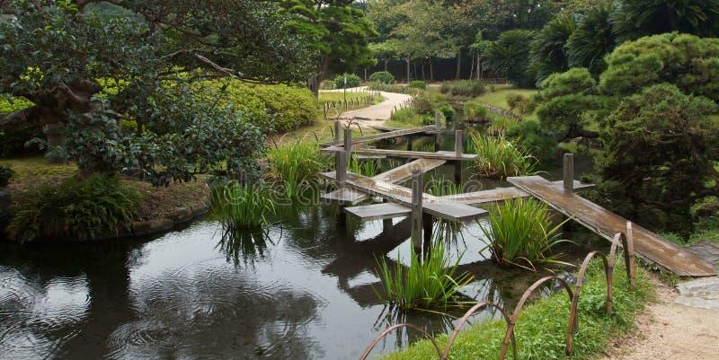 Ponte japonesa do zig-zag no jardim de Korakuan fotos de stock