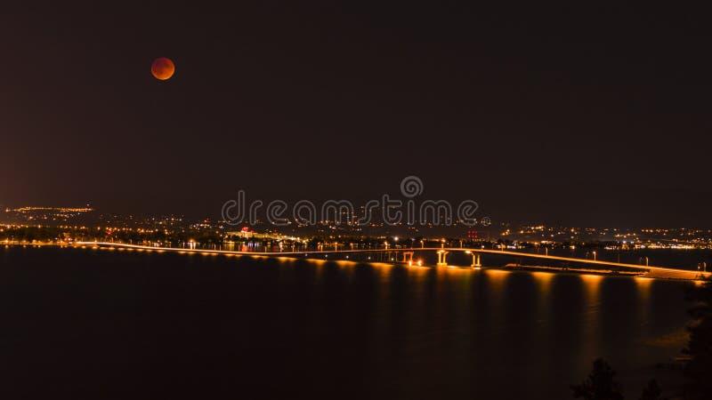 Ponte Kelowna BC Canadá do lago Okanagan na noite fotografia de stock