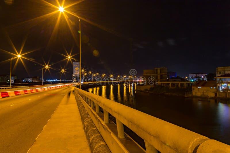 Ponte Lagos Nigéria de Ikoyi na noite com vista da lagoa imagens de stock