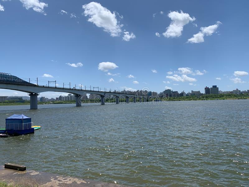 Ponte larga do rio e o fundo do céu azul fotos de stock