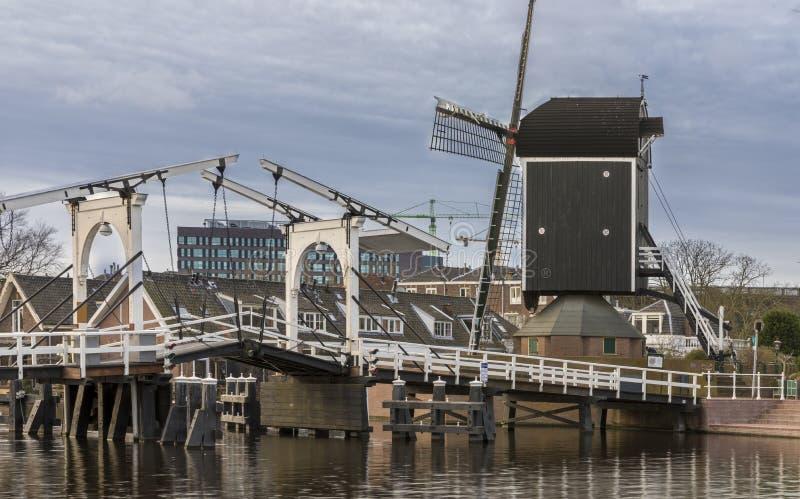 Ponte levadiça e moinho & x27; de put& x27; Holanda de Leiden fotos de stock
