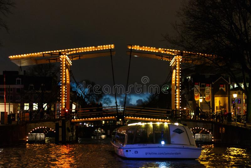 Ponte levadiça iluminada na noite em Amsterdão fotografia de stock royalty free
