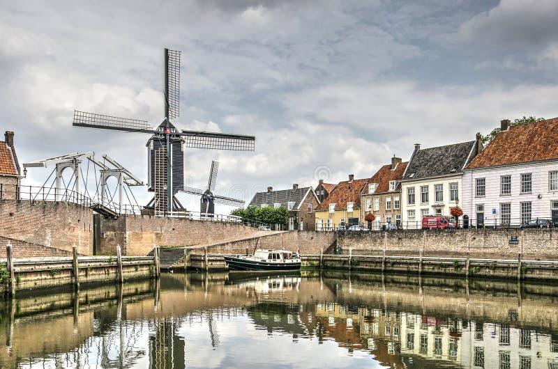 Ponte levadiça, moinhos de vento e casas históricas fotos de stock