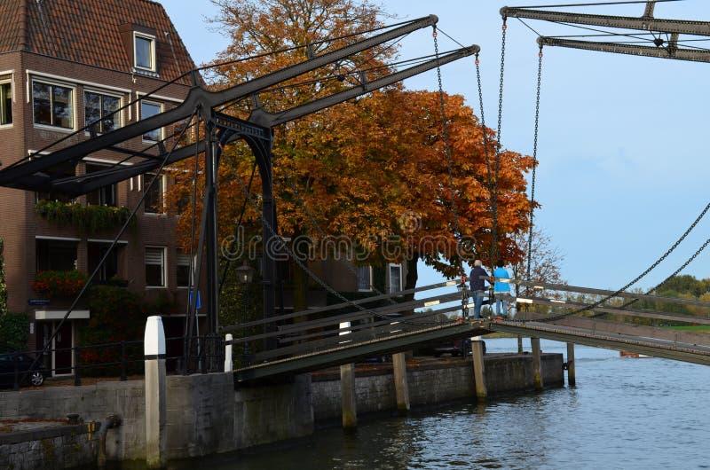 Ponte levadiça no canal em Dordrecht, Holanda (Países Baixos) imagem de stock