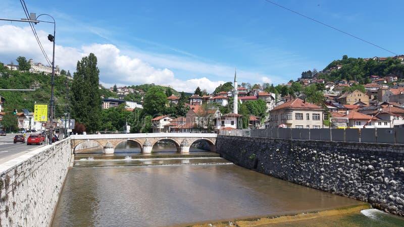 A ponte a mais velha do otomano no rio Sarajevo de Miljacka, Bósnia foto de stock royalty free