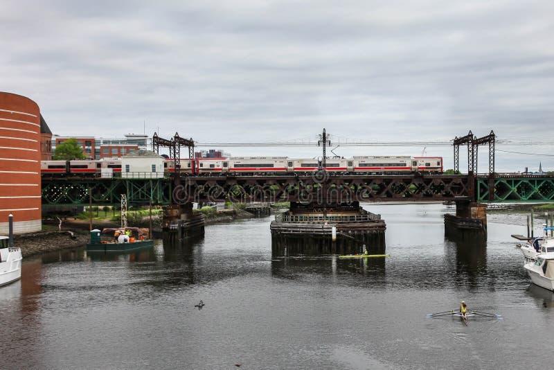 Ponte marittimo della ferrovia e dell'acquario con il treno fotografie stock