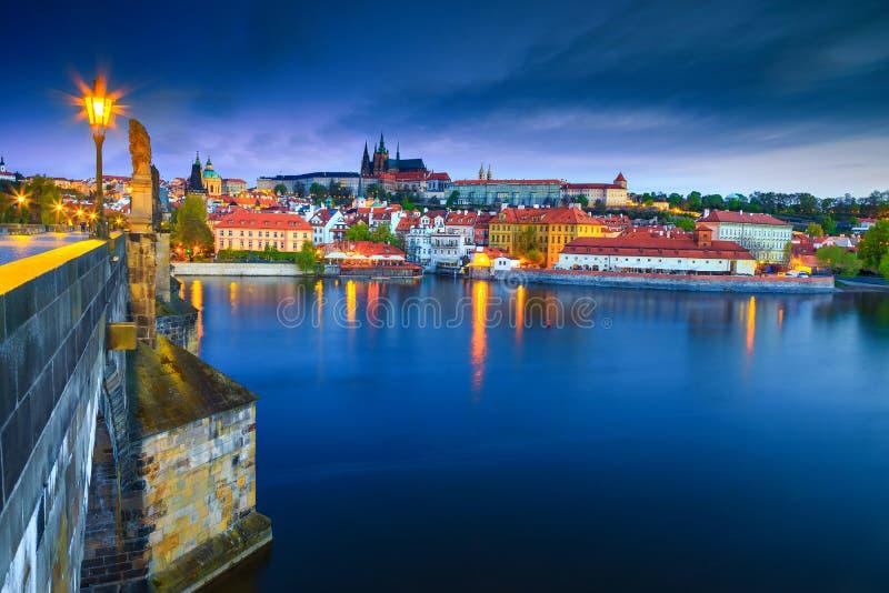 Ponte medieval admirável no nascer do sol, Praga de Charles da pedra, República Checa foto de stock